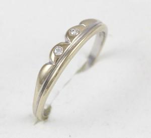 Zlatý prsten z bílého zlata s kamínky
