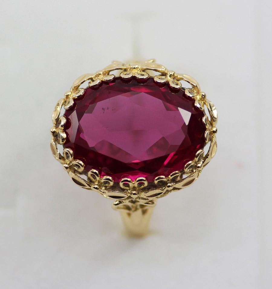 Zlatý dámský prsten s kamenem historický styl