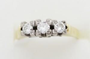 Zlatý prsten s třemi diamanty