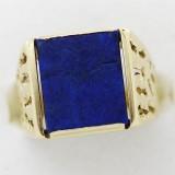 Zlatý prsten s tmavě modrým kamenem