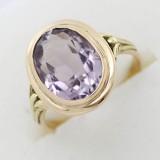 Zlatý prsten se světle fialovým kamenem