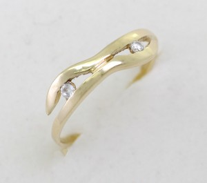 zlatý prsten s dvěma zirkony