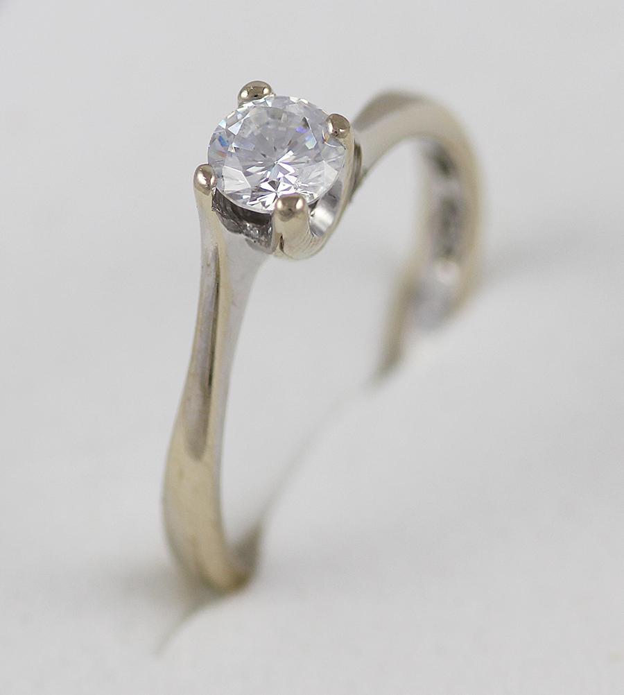 Zásnubní prstýnek s výrazným kamenem