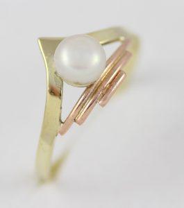 Zlatý prstýnek do hrotu s perlou