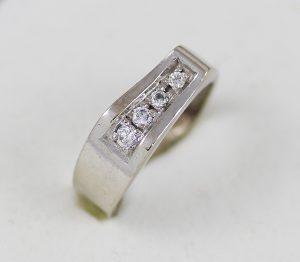 Prsten v bílém zlatě se zirkony