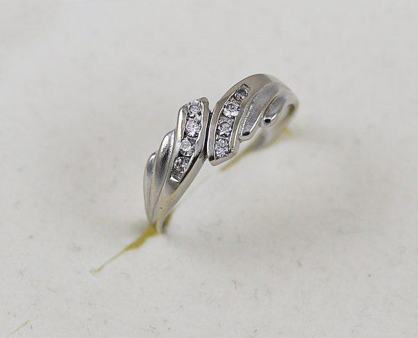 Prsten v bílém zlatě s kameny