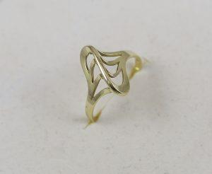 Celozlatý prsten s výraznou hranou
