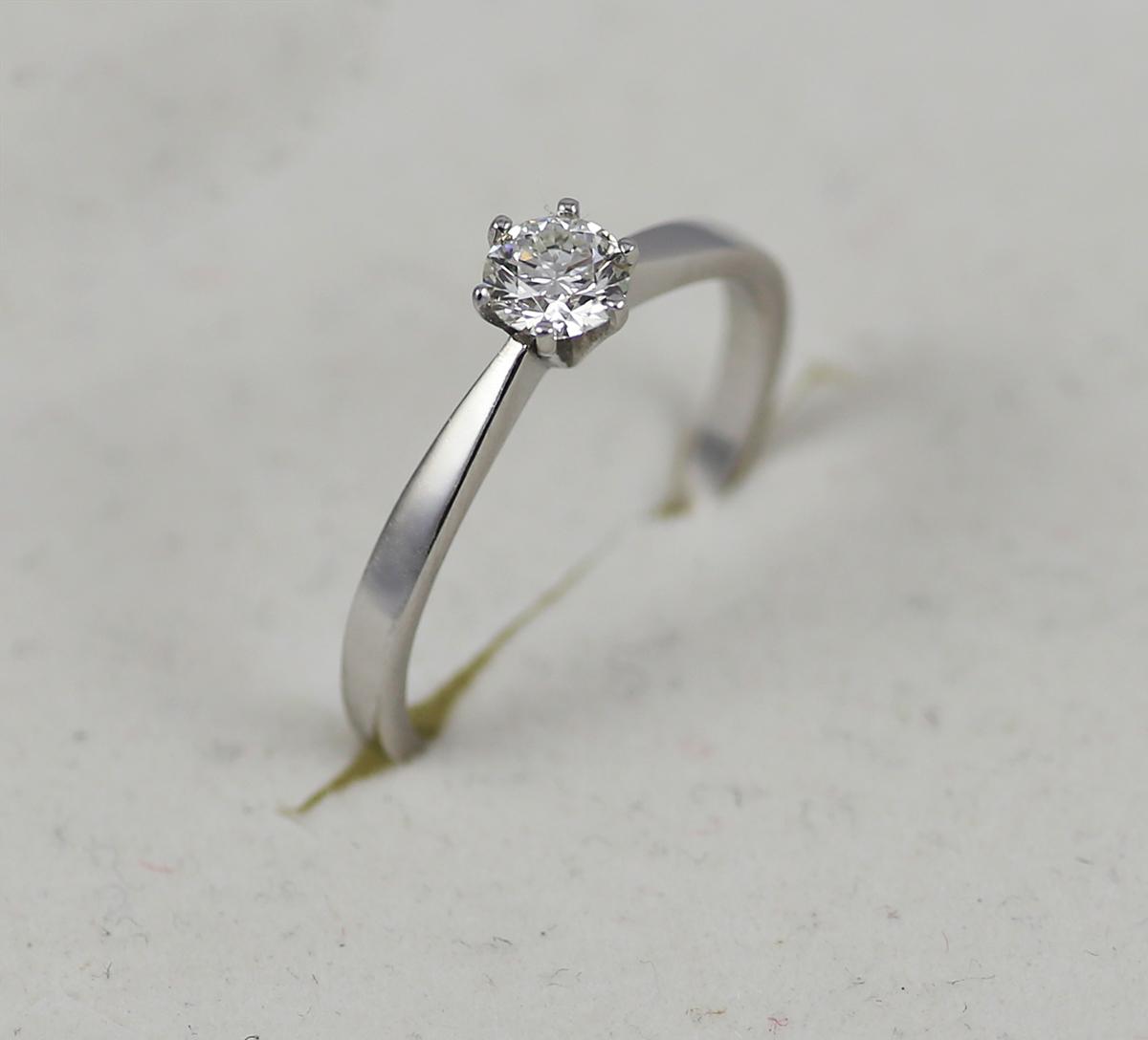 Zlaty Zasnubni Prsten S Diamantem