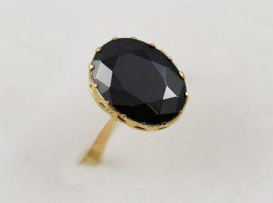 Zlatý dámský prsten s velkým černým kamenem