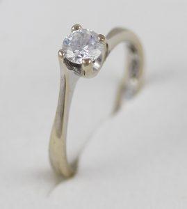 Zásnubní prsten s kamenem v bílém 18k zlatě