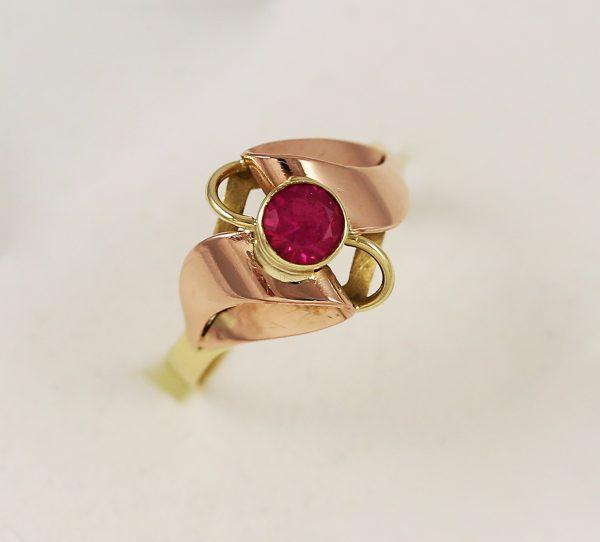 Ručně vyroben prsten s kamenem