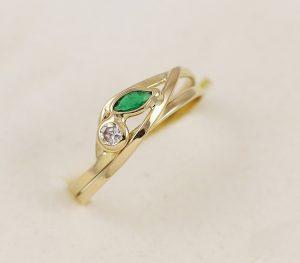 Zlatý prsten se zeleným kamínkem