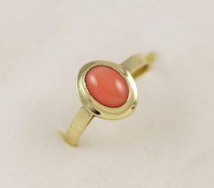 Zlatý prsten se starorůžovým kamínkem