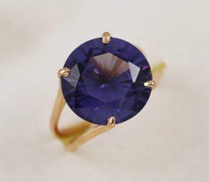 Zlatý prsten s masivním fialovým kamenem