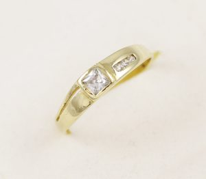 Zlatý prsten velký a malé zirkony
