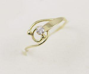Zlatý prsten spirála se zirkonem