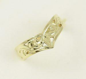 Zlatý prsten vyřezávaný špička