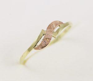 Zlatý prsten s červeným páskem