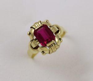 Prsten červený kámen
