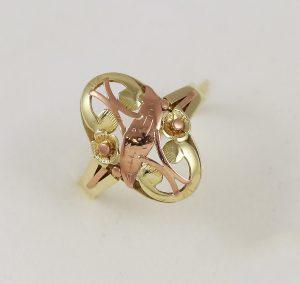 Zdobený zlatý prsten v kombinaci barev