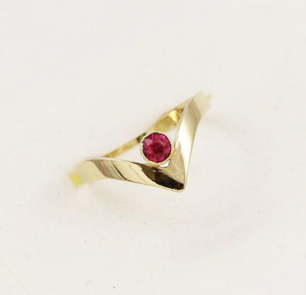Prsten špička červený kámen