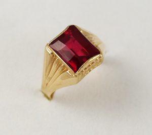 Prsten s červeným kamenem