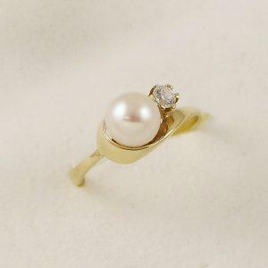 Prsten s perlou a zirkonem