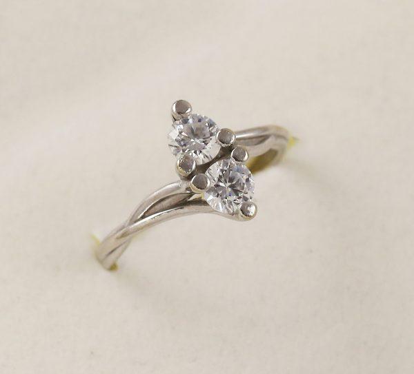 Prsten bíle zlato a dva zirkony