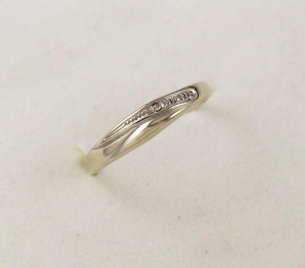 Jemný prstýnek z bílého zlata