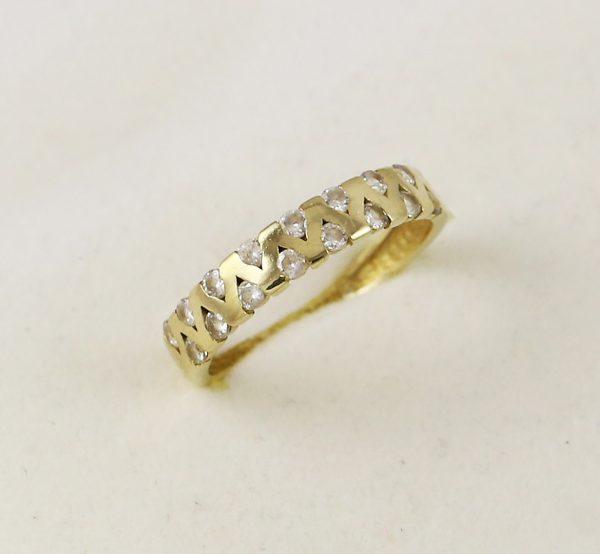 Zlatý prsten vyskládaný zirkony