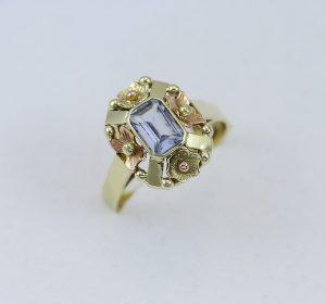 Zlatý prsten s blankytným kamínkem