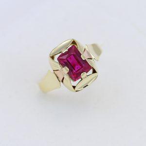 Zlatý prsten červený kámen