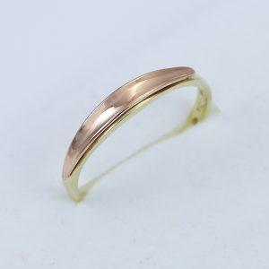 Jednoduchý zlatý prsten v kombinaci