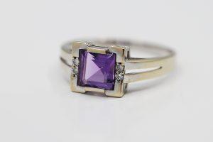 Prsten v bílém zlatě fialové elegance