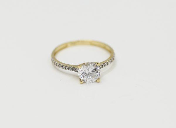 Zlatý zásnubní prsten s velkým kamenem