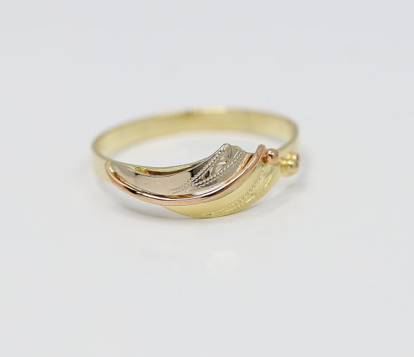 Elegantní prsten s kombinacemi zlata