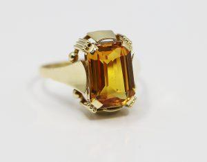 Zlatý prsten s oranžovým kamenem