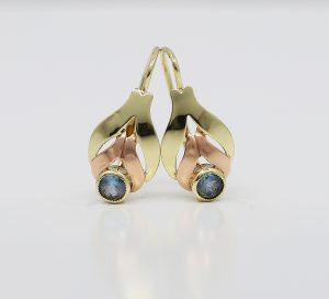 Zlaté náušnice s modrým kamenem