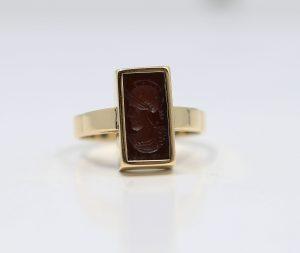 Zlatý prsten s Římanem