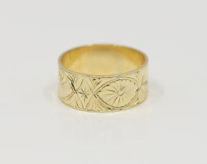 Zlatý prsten s elegantním rytím