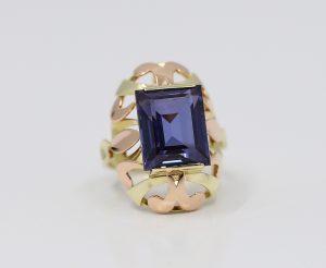Zlatý prsten staromódní elegance