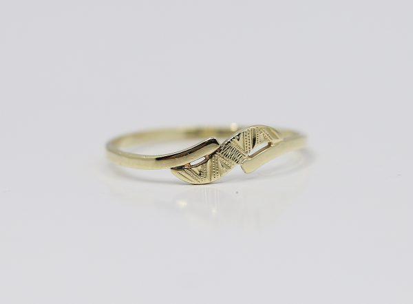Zlatý okrasný prsten vlny
